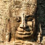 Das auffallendste architektonische Merkmal des Tempels sind die Türme mit den meterhohen lächelnden Gesichtern des Köingis. Eine gute Art, seine Untertanen im Auge zu behalten.