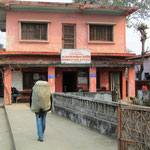 Das Zollbüro auf der nepalesischen Grenze. Die Grenzbeamten auf beiden Seiten waren erstaunlich freundlich und wir bekamen zu einer kurzen Abwicklung auch noch Tee serviert.