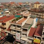 Die Bevölkerung leidet heute noch an diesen Auswirkungen Pol Pots. Männer und Frauen mit verbrennungen, verstümmelungen, halbnackte Kinder, welche druch die Strassen der Stadt gehen und betteln, dies ist ein tägliches Bild in Phom Penh.