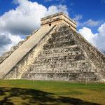 Chichén Itzá ist eine der bedeutendsten Ruinenstätten auf der mexikanischen Halbinsel Yucatán. Sie gehört der späten Maya-Kultur an.