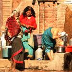 Die Bewohner der Stadt waschen sich auf der Strasse