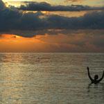 Baden in Lovina mit Sonnenunterga