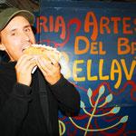 Ein Completo Italiano! :) Ein Hot-Dog mit Ketchup, Mayo und Avocadosauce. Leider haben die Chilenen sehr viel Fastfood.