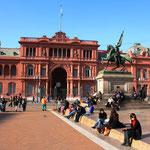 Bei der Plaza de Mayo, Casa Rosada! In den 1940er Jahren winkte die berühmte Evita Peron vom Balkon dieses Gebäudes den Massen zu.