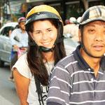 Unterwegs mit den Motorradtaxis. Schnell und preiswert, jedoch nichts für schwache Nerven. Bei grossen Kreuzungen schlossen wir die Augen!!! :)