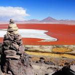 Der See hat seinen Namen aufgrund seiner auffälligen roten Färbung, die von der vorherrschenden Algenart und vom hohen Mineralstoffgehalt seines Wassers hervorgerufen wird.