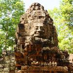 Bis heute wurden in Angkor über 1000 Tempel und Heiligtümer entdeckt. Die Anzahl war zu Zeiten des historischen Reiches allerdings weit höher.