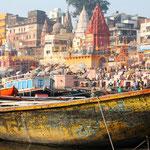 Als besonders erstrebenswert gilt es für strenggläubige Hindus, in Varanasi im Ganges zu baden sowie dort einmal zu sterben und verbrannt zu werden.