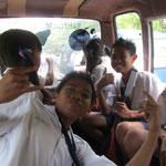 Bemo Fahrt mit Schulkindern