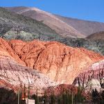 Die Berge beiderseits des Tals sind kahl und weisen kaum Vegetation auf, dadurch kann man die farbenfrohen Gesteinsschichten bewundern.