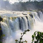 Die Iguazú-Wasserfälle sind die Wasserfälle des Flusses Iguaçu/Iguazú an der Grenze zwischen dem brasilianischen Bundesstaat Paraná und der argentinischen Provinz Misiones