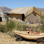 Die Urus leben auf derzeit 49 schwimmenden Inseln, die sie aus getrockneten Totora-Schilf herstellen.