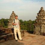Religion: Konzepte aus dem Hinduismus und dem Mahayana-Buddhismus wurden von den Khmer sowohl mit eigenen Traditionen als auch untereinander vermischt. Soweit bekannt ähnelte die Weltsicht der Khmer jener Indiens. Bild: Phnom Bakheng