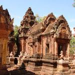 Banteay Srei, eine wunderbare Tempelanlage 32 Km von Siem Reap entfern. Noch schöner als der Tempel selbst, ist die Fahrt mit einem Tuktuk dort hin. Die Landschaft ist wunderschön und man sieht viele Dörfer und Wasserbüffel.