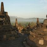 ... die meisten sind hinter diesen Stupas versteckt.