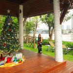 Wir checkten wieder einaml in ein eher luxuriöses Hotel am Fluss ein. Über Weihnachten wollten wir unser Zimmer mal nicht mit Kakarlaken und Moskitos teilen! :) Auf dem Bild: Unser Weihnachtsbaum bei 35 Grad im Schatten.