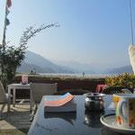 Man kann am Phewa wunderbar relaxen. Wir haben hier im Januar jeden Tag Sonnenschein und fast keine anderen Touristen!! :)