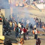 An diesem Ghat werden täglich menschliche Leichen verbrannt und die Asche dem Ganges übergeben.