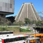 """An der """"Avenida República do Chile"""" findet man die moderne wie ein Vulkan aus Beton aussehende """"Catedral Metropolitana"""" mit einem Fassungsvermögen für 20.000 Gläubige."""