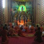 Abendgebet der Mönche in Huay Xai in Laos