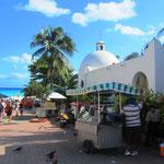 Playa del Carmen gilt als die Stadt mit dem höchsten Bevölkerungswachstum in Mexiko. Noch 1970 lebten nur etwa 200 Menschen, zumeist Fischer, in der Stadt. Im Jahr 2005 ergab eine Volkszählung eine Einwohnerzahl von 100.383 Personen.