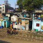 Vorbei an den vielen Slums