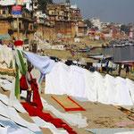 Wäsche waschen am Fluss. Wenn man bedenkt, dass der Ganges der meist verschmutzte Fluss der Welt ist, kein schöner Gedanke.