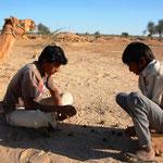 Kinder spielen Mühle mit Ziegen- und Kamelkot