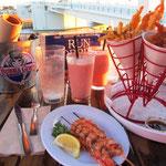 Shrimps Essen ohne Ende bei Bubba Gump. Die Bubba Gump Shrimp Company ist eine Fisch- und Meeresfrüchterestaurantkette, die durch den Film Forrest Gump aus dem Jahr 1994 inspiriert wurde.