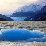 Eisbrocken vom Gletscher schwimmen noch im See