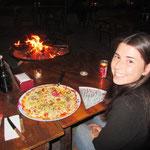 Abend's sitzt man gemtlüch bei teurem Essen und Trinken und durchschnittlichen Pizzas am Feuer!!!!