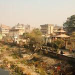 Der Fluss, mit überall Abfall.