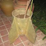 Eine traurige Hinterlassenschaft der USA - Sie warfen ueber Laos ca. 200'000 Bomben ab. Die Laoten benutzen diese nun auch als Blumentoepfe
