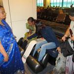 Hier sind wir schon in Singapur und erklären ein paar indischen Frauen den Massage-Stuhl. Danach ging unser Flug pünktlich weiter nach Brisbane