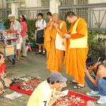 Mönche beim Einkaufen