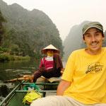 Eine wunderbare Flussfahrt durch Tam Coc am Morgen, die zahllosen Ausflügler von Hanoi sind noch nicht da!!! :)