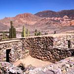 Tilcara, wo sich auf einem Hügel in der Mitte des Tales die (falsch) rekonstruierte Festung (Pucará) der Omaguaca-Indianer befindet, die als Ureinwohner der Gegend gelten.