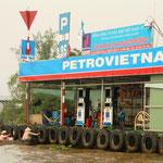 Eine schwimmende Tankstelle für die unzähligen Boote auf dem Fluss