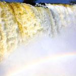 Die Iguazú-Wasserfälle bestehen aus 20 größeren sowie 255 kleineren Wasserfällen auf einer Ausdehnung von 2,7 Kilometern. Einige sind bis zu 82 Meter, der Großteil ist 64 Meter hoch.