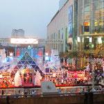 Die Thailänder feiern auch auf ihre Art Weihnachten. Wobei gesagt sein sollte, das die Südostasieaten eigentlich alles feiern. :)