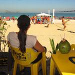 Eine Kokosnuss schlürfen an der Copacabana - man göhnt sich ja sonst nichts