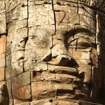 Kunsträuber brechen auch heute noch Tafeln aus Reliefs und schlagen die Köpfe ab, um sie am Schwarzmarkt in Europa, den USA oder Japan zu verkaufen. Sogar Abgüsse aus Beton, die manchmal an Stelle der Originale platziert wurden, werden geklaut.