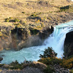 Ein kleiner Wasserfall mit eisigem Wasser