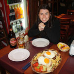 Ein typisches Gericht in Uruguay: Chivito, mit Rindfleisch, Schinken, Spiegelei, Käse, Pommes Frites, Kartoffelsalat, Tomaten, Gurken usw.