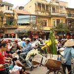 Die wichtigste Verkehrsregel in Vietnam: Grosse Vehikel wie Busse und Lastwagen haben immer Vorfahrt, Roller lassen Busse vor und Fussgänger kommen ganz zum Schluss. So ein Chaos auf den Strassen wie in Hanoi haben wir bis jetzt noch nie gesehen!! :)