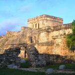 """Tulum (auf Mayathan Tulu'um, """"Mauer"""" oder """"Festung"""")"""