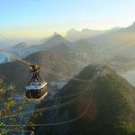 """Er wird in Brasilien """"Pão de Açúcar"""" (wörtlich Zuckerbrot, der portugiesische Begriff für Zuckerhut) genannt, weil er die Form desselben hat. Zudem nannten die dort lebenden Indianer den Berg Pandasuka, wobei die Portugiesen Pão de Açucar verstanden."""