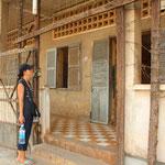 Das Tuol-Sleng-Museum (ehemals ein Gymnasium) wurde unter der Leitung Pol Pot's im Jahr 1979 in das grösste Konzentrationslager und Folterzentrum des Landes verwandelt. 1977 wurden im S-21 durchschnittlich 100 Menschen pro Tage zu Tode gefoltert.