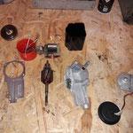Die Einzelteile des Wischermotors sind aufbereitet und werden montiert