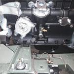 Der Ölkühleradapter mit Thermostat und der Anschluss für die Ölversorgung des Laders werden montiert